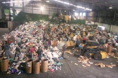 Central de triagem de recicláveis em São Bernardo recebe visita monitorada