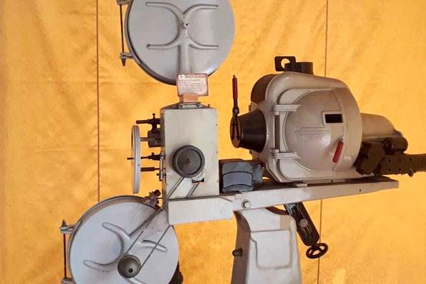 Máquina de projeção de filmes da década de 1970 pode ser encontrada no Centro de Memória Metodista, localizado no edifício Alfa do campus Rudge Ramos - Foto: Giovanna Vidoto/RRO