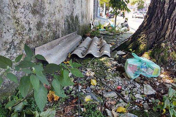 Crescimento do mato e lixo acumulado atrapalham passagem de pedestres na calçada da rua Lídia Tomé, localizada no bairro Rudge Ramos. Foto: Andressa Schmidt/RRO