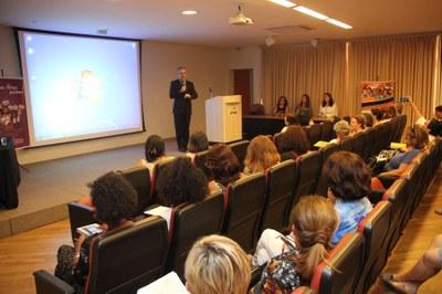 Projeto ensina funcionários públicos a lidar com mulheres vítimas de violência