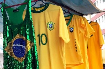 Vendas de camisetas e acessórios para a Copa movimentam lojas locais
