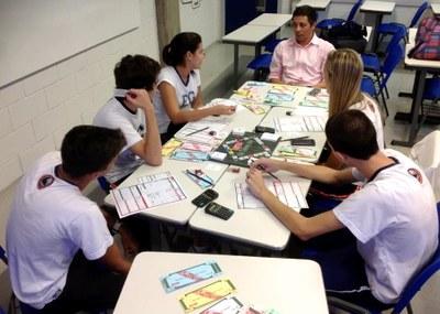 Professor de química desenvolve jogo de tabuleiro sobre educação financeira