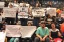 Pais de alunos da rede pública protestam contra adiamento de atividades extracurriculares