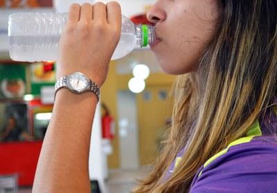 Beber água somente ao sentir sede mostra que o corpo sofreu desidratação
