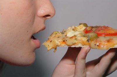 Comer rápido engorda e faz mal para saúde
