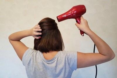 Couro cabeludo fica mais oleoso e os fios podem se tornar mais secos e quebradiços
